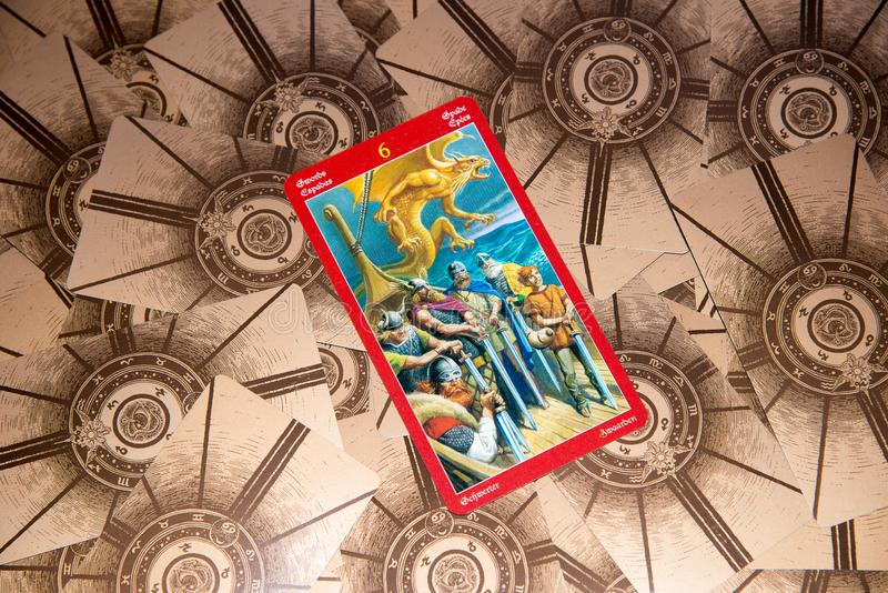 Tarockkarte sechs von Klingen Drachetarockplattform Geheimer Hintergrund stockbild