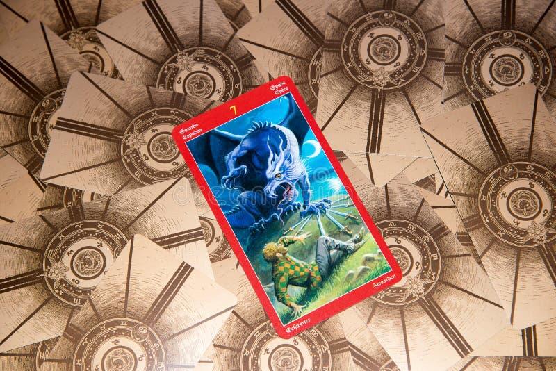 Tarockkarte sieben von Klingen Drachetarockplattform Geheimer Hintergrund stockfotografie