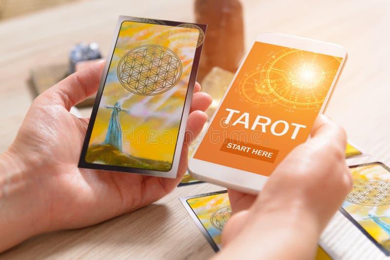 Tarockkarten und -Handy stockfoto