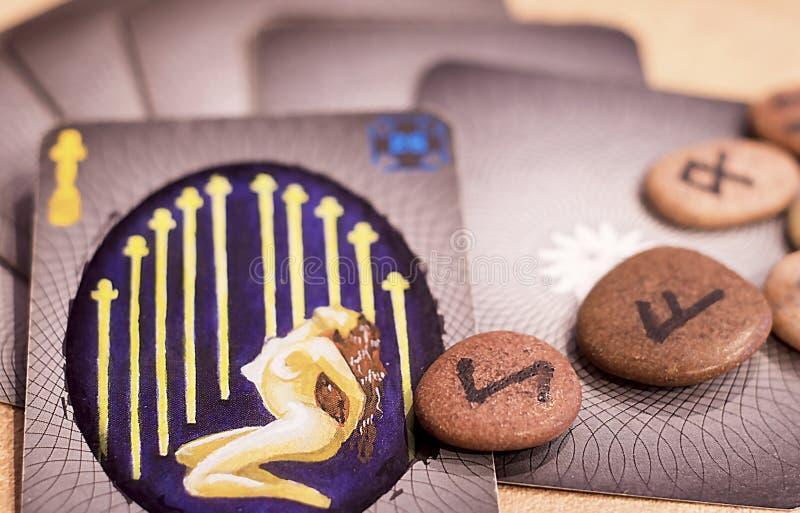 Tarokkort och runor royaltyfri bild