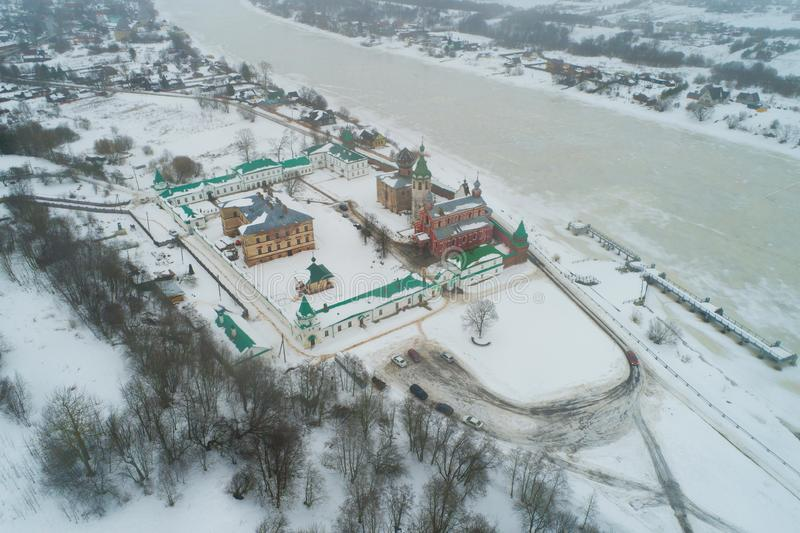 Taroladozhskyst Nikolsky klooster in een de winterlandschap op een bewolkte Februari-dag luchtfotografie Staraya Ladoga royalty-vrije stock foto