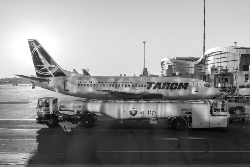 Tarom在亨利Coanda国际机场的飞机着陆 免版税库存照片