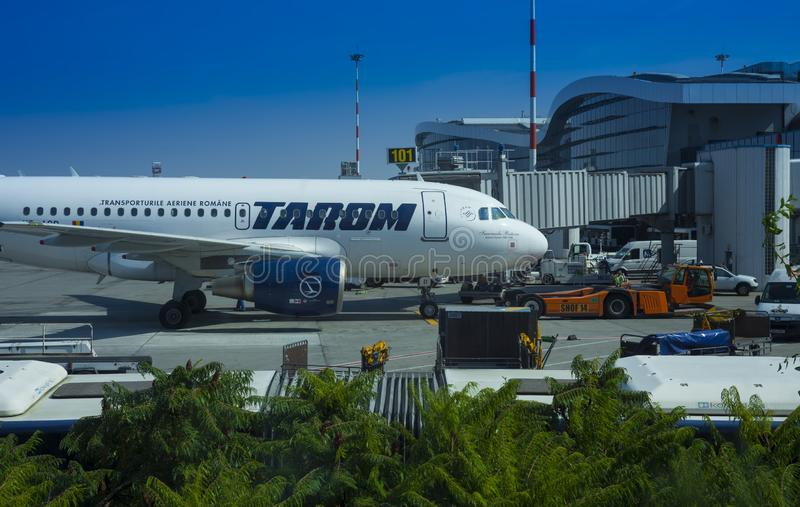 Tarom commercieel vliegtuig bij Henri Coanda-luchthaven, Boekarest stock foto