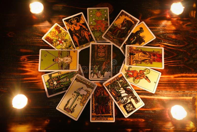tarot读书的通灵以及占卜占卜用的纸牌与蜡烛轻算命先生一定读未来或前和 免版税库存图片