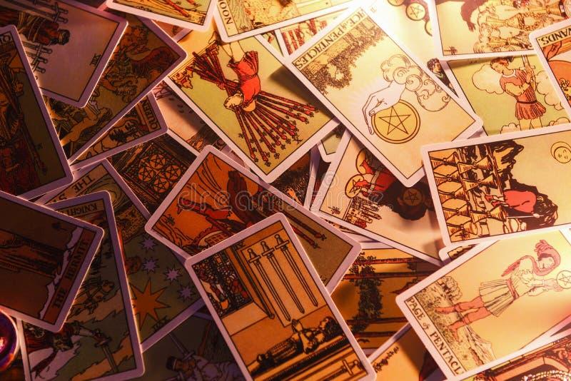 tarot读书通灵占卜的占卜用的纸牌 库存图片