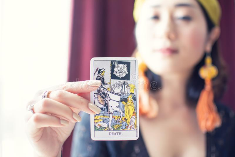 Tarot karta śmierć z plamy tłem gypsy lub artystyczna kobieta obraz royalty free