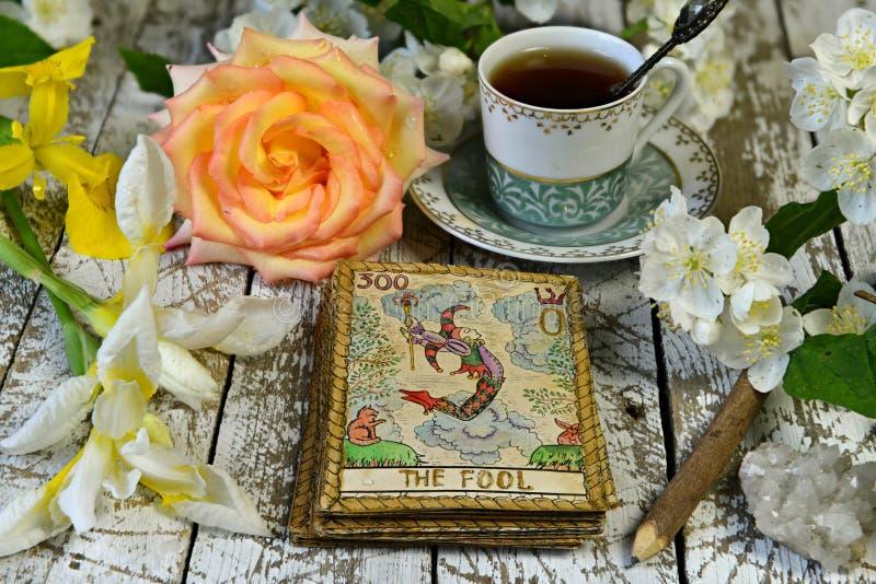 Tarot-Karte Joker mit Rosen und Lilienblumen auf dem Hexenaltar, Wahrsagerausflug stockbilder
