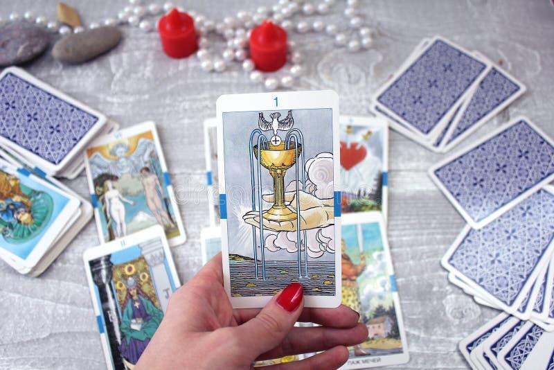 Tarot karty, świeczki i akcesoria na drewnianym stole, obrazy stock