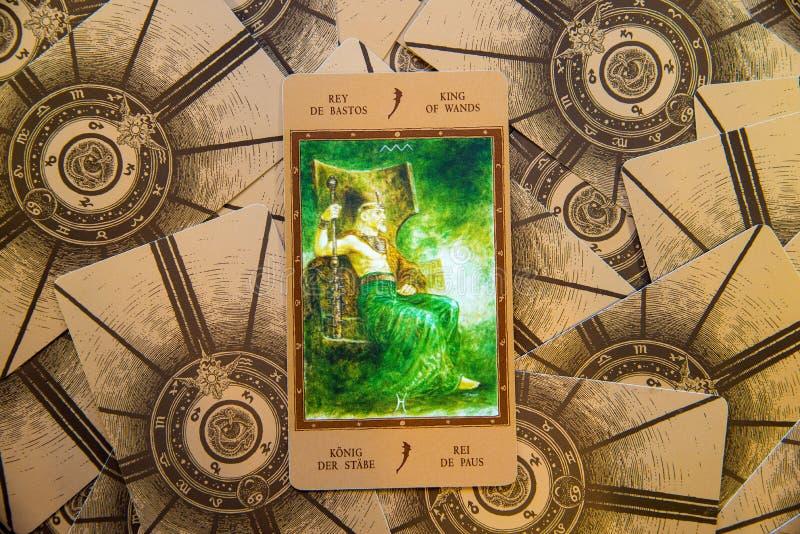 Tarot karty królewiątko różdżki Labirinth tarot pokład ezoteryk tło obrazy stock