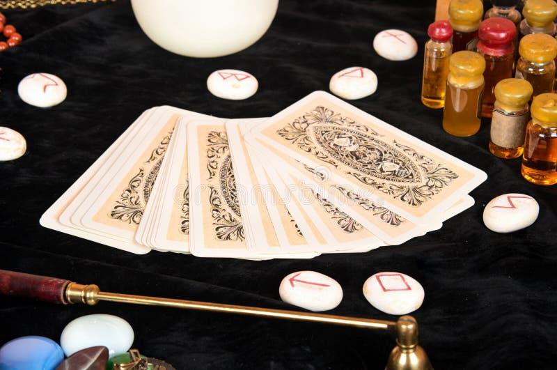 Tarot karty na stole zdjęcia royalty free