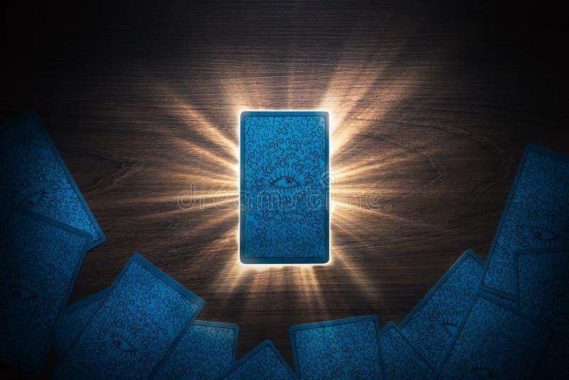 Tarot karty stawia czoło w dół na stole ilustracji