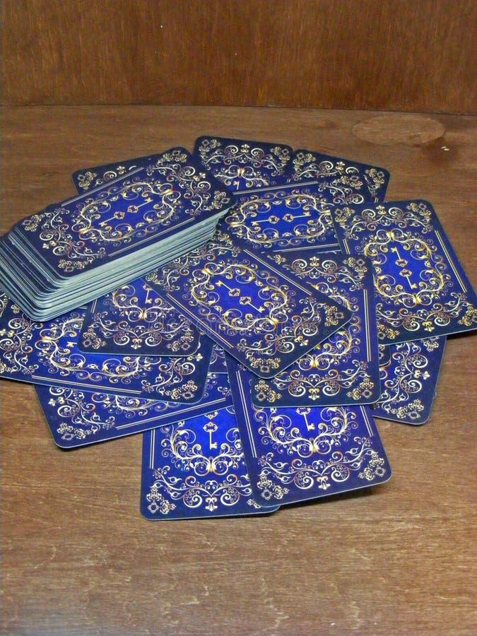 Tarot karty z błękita plecy projektem na brązu stole zdjęcie stock