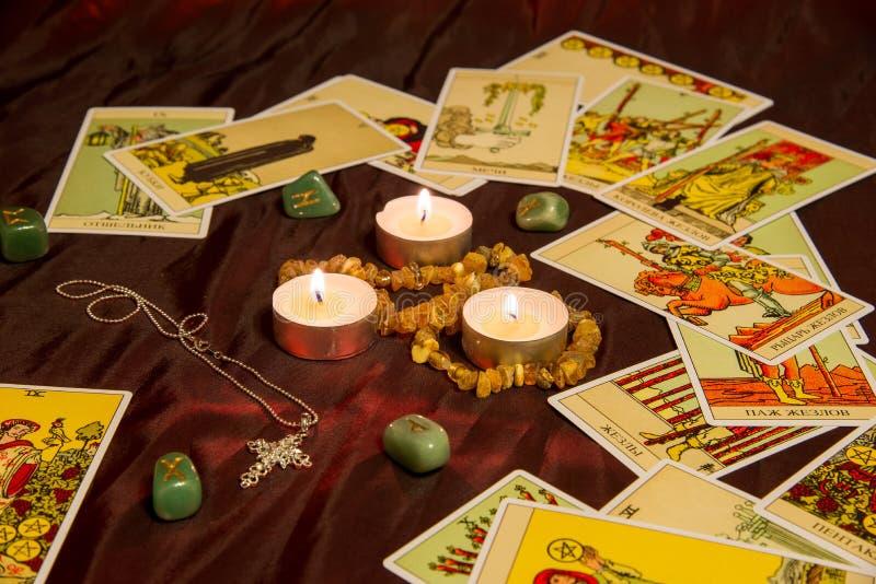 Tarot karty z runes i płonącą świeczką fotografia stock