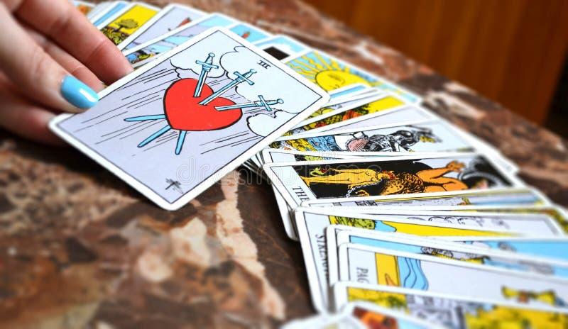 Tarot tres de lectura de tarjeta de las espadas foto de archivo libre de regalías