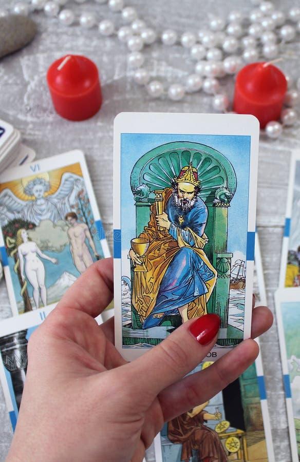 Tarotkaarten, kaarsen en toebehoren op een houten lijst royalty-vrije stock foto's