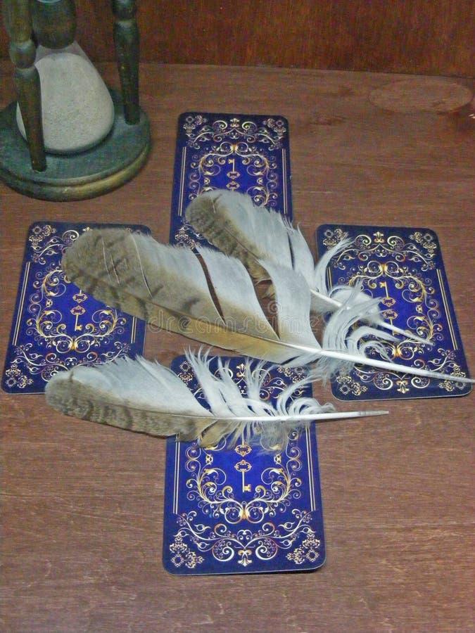 Tarotkaarten met blauw achterontwerp, oude zandloper en uilveren stock fotografie