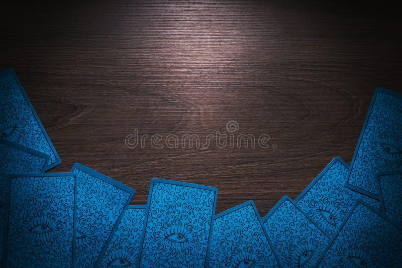 Tarotkaarten op een houten achtergrond stock fotografie