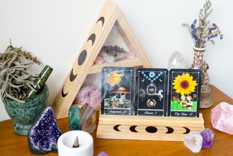 Tarotkaarten op tribune in Altaarruimte met het ontwerp van de Maanfase stock foto