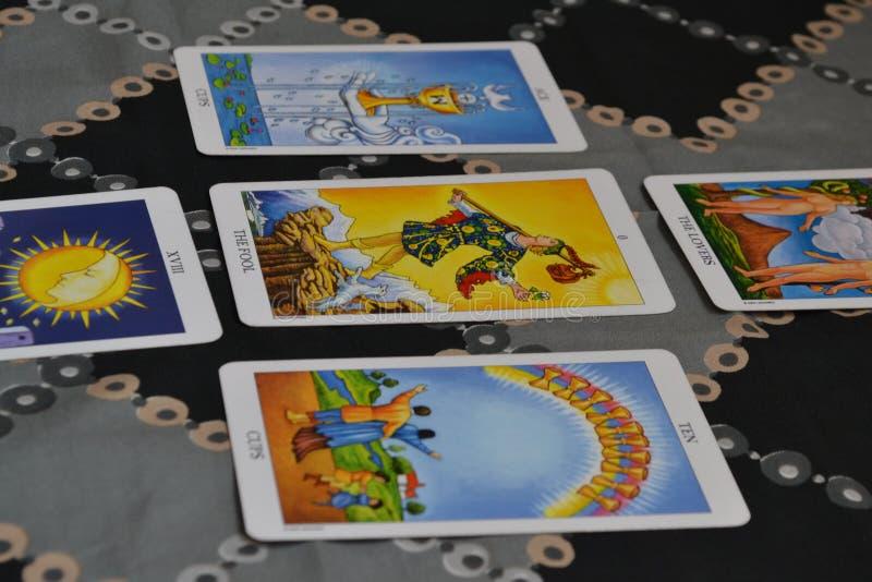 Tarotkaarten Vijf Uitgespreid kaarttarot stock afbeelding