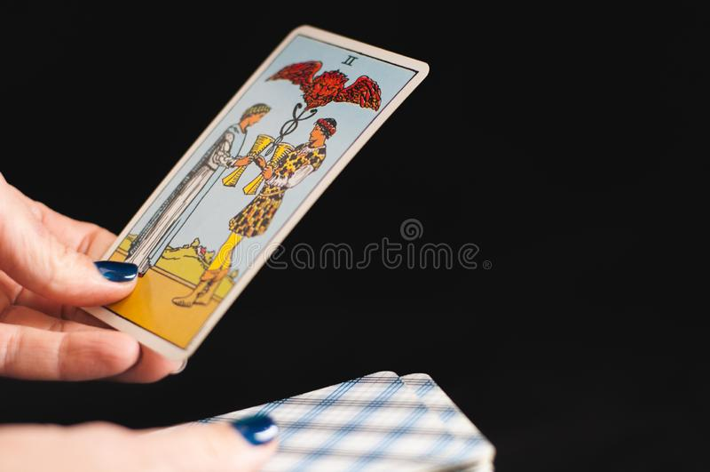 Tarotkort i händerna på kvinnor arkivbild
