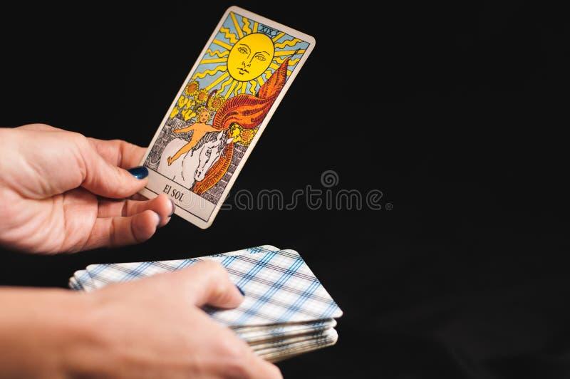 Tarotkort i händerna på kvinnor royaltyfri bild