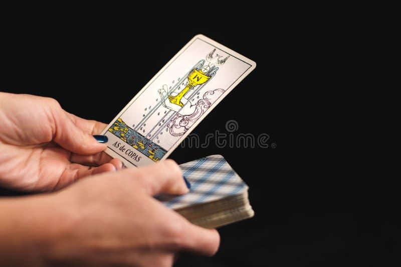 Tarotkort i händerna på kvinnor royaltyfria bilder