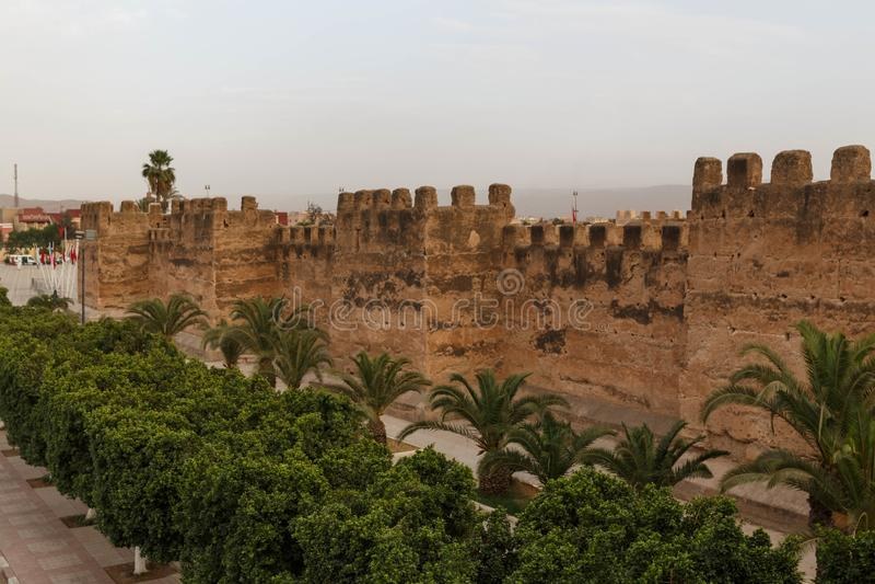 Taroudant defensywy stara średniowieczna ściana aleja i palmy, Maroko obrazy stock