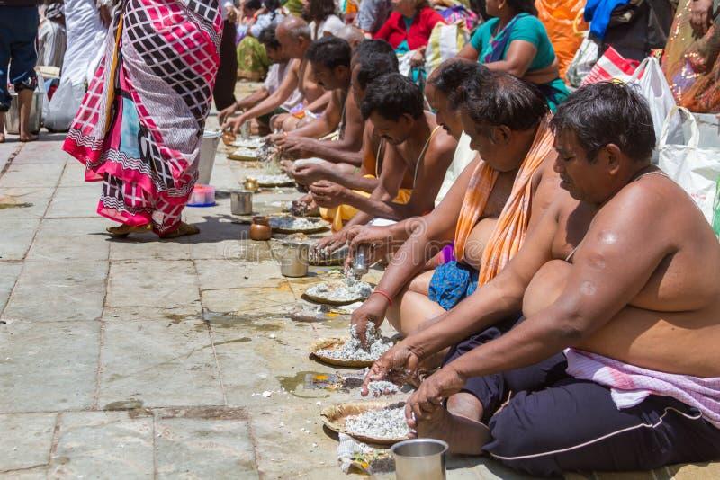 Tarpana ritual i Indien royaltyfri fotografi