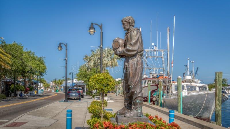 TARPON SPRINGS, LA FLORIDE : Capital d'éponge du monde comportant des docks d'éponge et d'une statue de monument d'un plongeur photo libre de droits