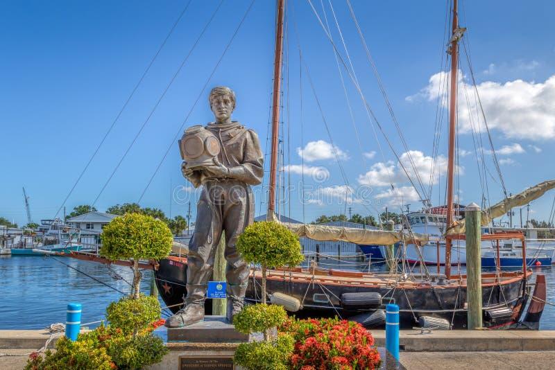 TARPON SPRINGS, LA FLORIDE : Point de repère de statue de plongeur d'éponge sur les docks d'éponge image libre de droits