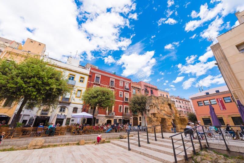 TARRAGONA, ΙΣΠΑΝΙΑ - 1 ΜΑΐΟΥ 2017: Άποψη του τομέα του επαρχιακού φόρουμ Μέρος της παλαιάς πόλης Καφές οδών Διάστημα αντιγράφων γ στοκ φωτογραφίες με δικαίωμα ελεύθερης χρήσης