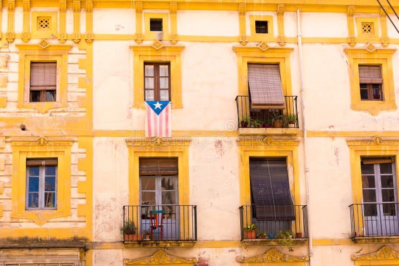 TARRAGONA, ESPAÑA - 1 DE MAYO DE 2017: Fachada de la casa española con los balcones y las flores Primer foto de archivo