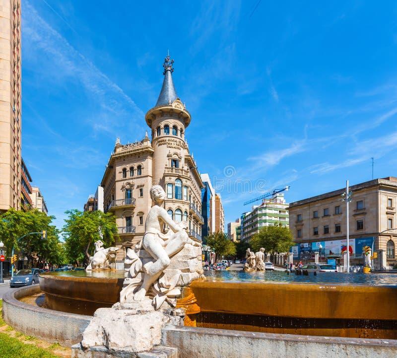 TARRAGONA, ESPANHA 1º DE MAIO DE 2017: Fonte decorada com as esculturas que descrevem quatro continentes A fonte do ` s do século imagens de stock royalty free
