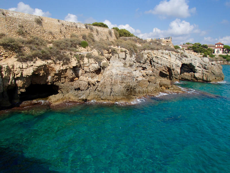 Tarragona klippor och grottor royaltyfri bild