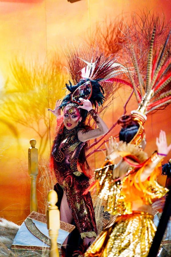 Tarragona, Spagna 3 marzo: Carnevale di Tarragona, una femmina colourful in un costume che partecipa alla parata immagini stock