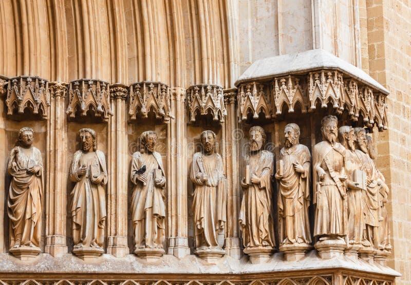 TARRAGONA, SPAIN-APRIL 25,2018: Dettaglio della facciata della cattedrale di Tarragona con la scultura dei dodici apostoli immagini stock libere da diritti