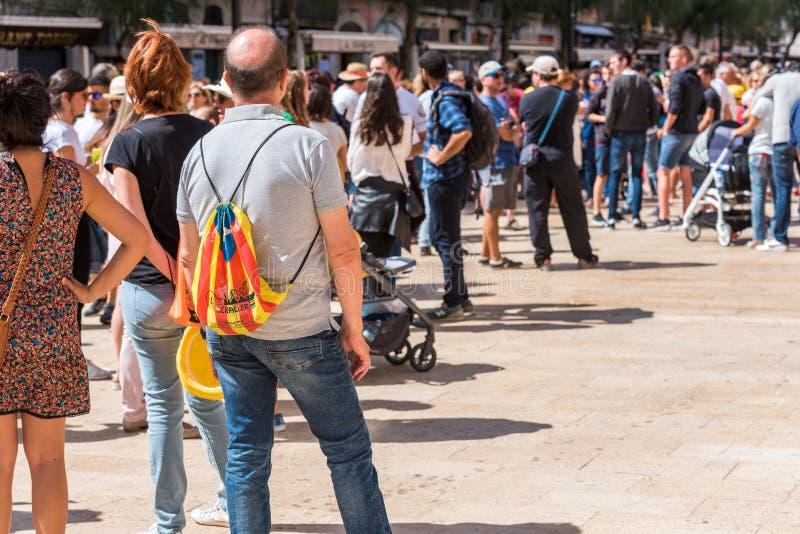 TARRAGONA SPANIEN - SEPTEMBER 17, 2017: Grupp människor på stadsgatan Folkomröstningen på självständighet Kopiera utrymme för tex arkivfoto