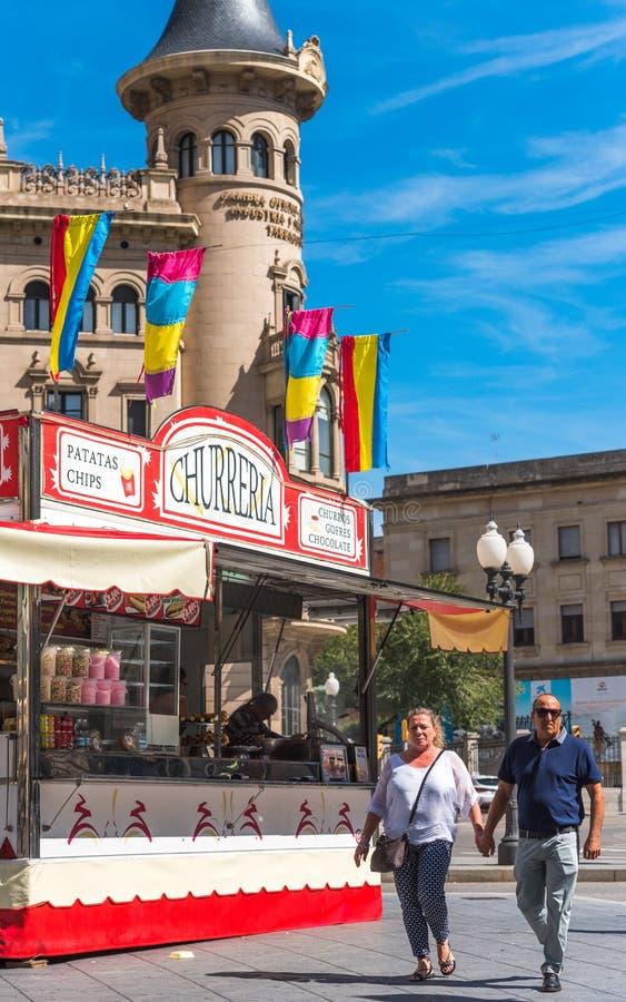TARRAGONA, SPANJE - SEPTEMBER 17, 2017: Paar op de de bouw achtergrondkamer van koophandel van Tarragona Exemplaarruimte voor tek royalty-vrije stock foto