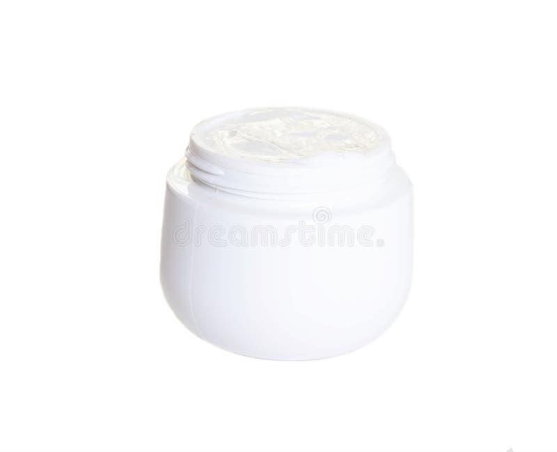 Tarro blanco con crema en la cosmetología para el cuidado de piel, fondo blanco, primer, aislante, dermatología imagenes de archivo