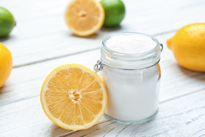 Tarro con bicarbonato y el limón de sosa imagen de archivo libre de regalías