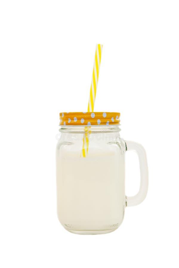 Tarro de albañil con la leche aislada en el fondo blanco Concepto de día de la leche del mundo, nutrición sana apropiada Comida n imagen de archivo