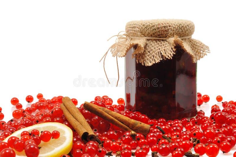 Tarro de atasco hecho en casa de la pasa roja con las frutas frescas imágenes de archivo libres de regalías