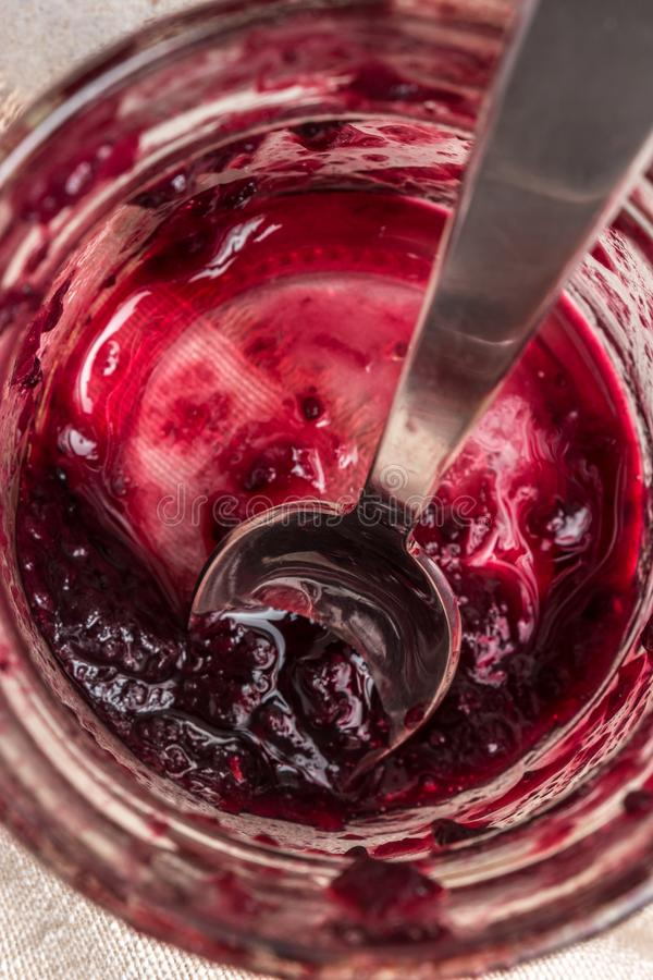 Tarro de cristal con el atasco rojo de las frutas fotos de archivo