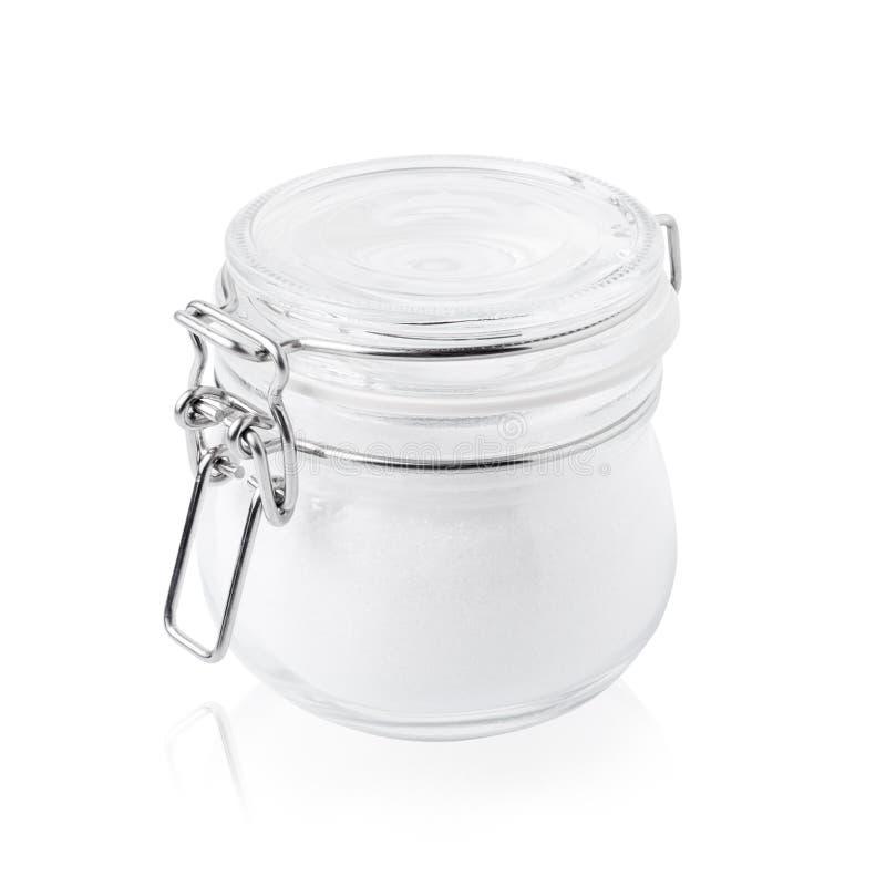 Tarro de cristal con el azúcar, cerrado, aislado en blanco imagenes de archivo
