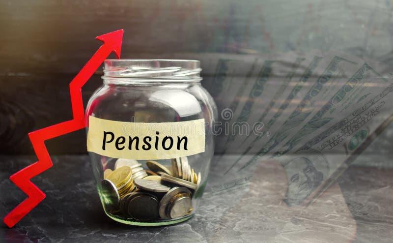 Tarro de cristal con las monedas y la inscripción 'pensión 'y para arriba flecha Aumente los pagos de la pensión Dinero de ahorro fotografía de archivo libre de regalías