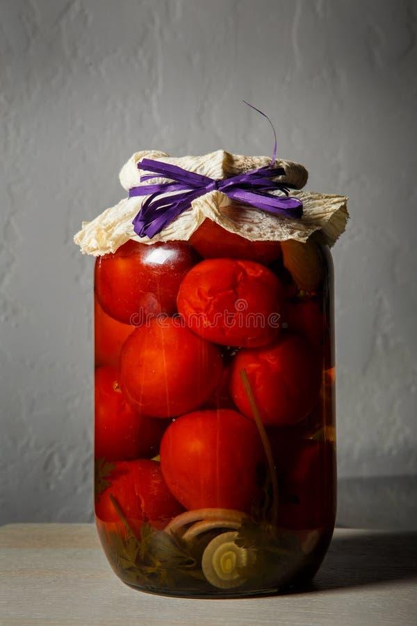 tarro de cristal estándar del primer con los tomates conservados hechos en casa fotografía de archivo