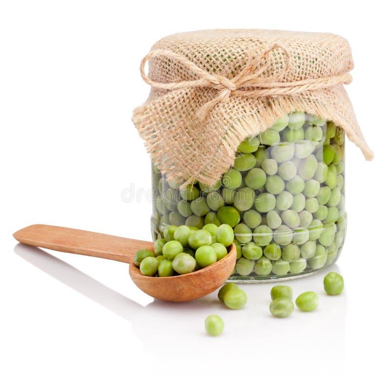 Tarro de cristal de guisantes verdes aislados en el fondo blanco fotos de archivo libres de regalías