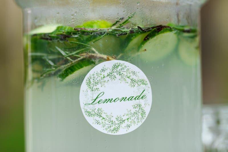 Tarro de cristal de limonada verde fresca en la barra de caramelo de la boda Verano p imágenes de archivo libres de regalías