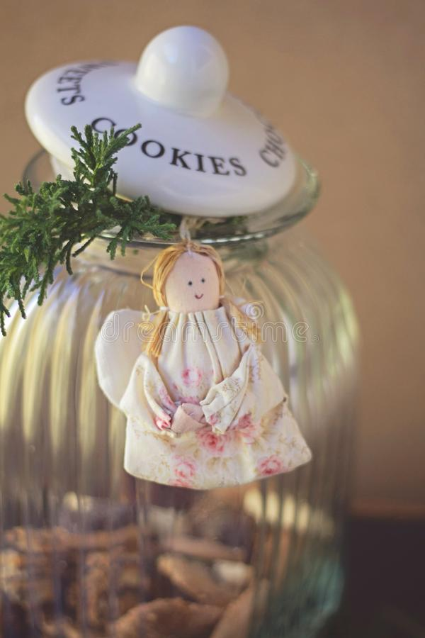Tarro de cristal y ángel hecho a mano imagen de archivo