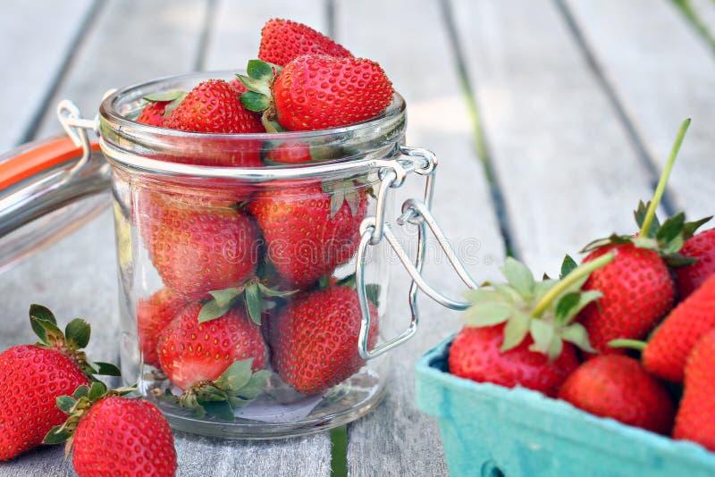 Tarro de fresas imagen de archivo libre de regalías